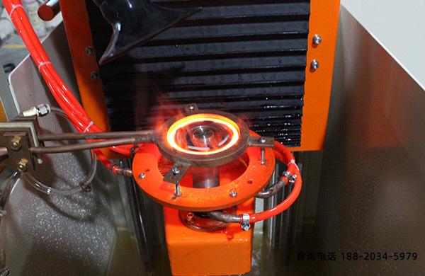 立式感应淬火机床和零件中间有稳定的空隙