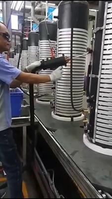 生产线上用手持式高频焊机焊接铜管