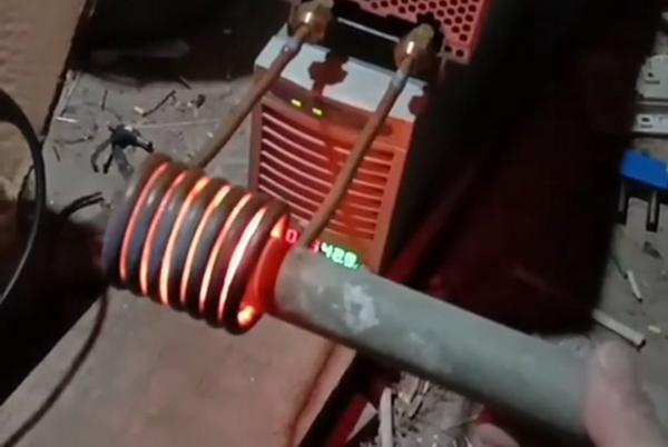 看一看小型感应加热设备加热钢管有多快