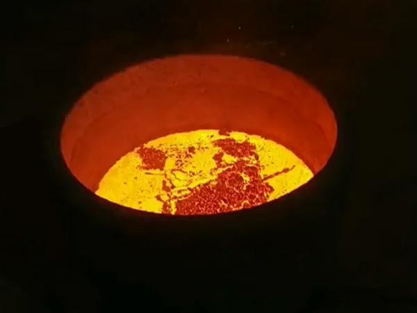 中频熔炼炉熔炼现场