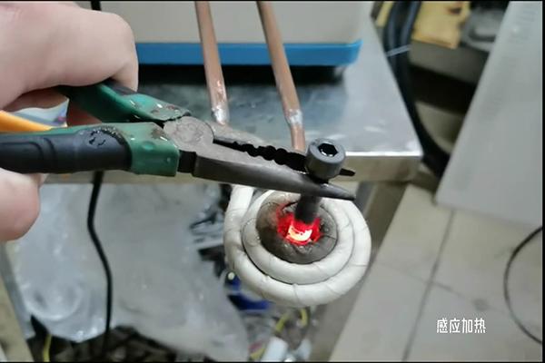 感应加热升温速度快,一秒烧红金属材料